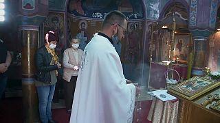 Pâques orthodoxe : des villageois serbes fabriquent leur propre bougie
