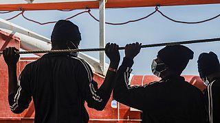 Európába érkező, a Földközi tengerből kimentett férfiak