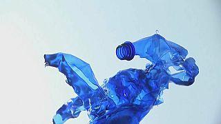 فيديو | فنان فرنسي يعيد تدوير النفايات البلاستيكية صانعاً منها منحوتات جميلة