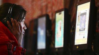امرأة تستخدم حاسوبا في مقهى للانترنت في محافظة أنهوي في الصين. 2019/01/13