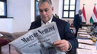 Orbán Viktor magyar miniszterelnök egy Magyar Nemzettel a kezében 2019-ben a lap újraindulásakor