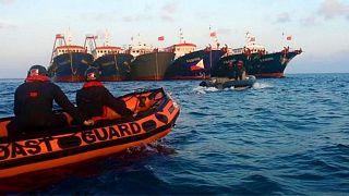 نیروهای گارد ساحلی فیلیپین در برابر کشتیهای چینی در آبسنگ ویتسون در دریای چین جنوبی