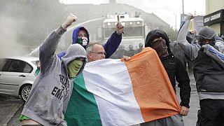 Felkelők Belfastban az ír zászlóval 2012-ben (illusztráció)