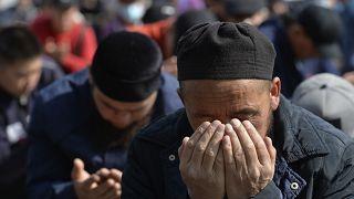Tacik-Kırgız su ihtilafında hayatını kaybedenler için dua eden bir Kırgız