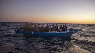 مهاجرون أفارقة ينتظرون المساعدة في عرض البحر المتوسط على بعد نحو 122 ميلا من السواحل الليبية. 2021/02/12