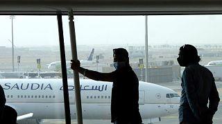 فرودگاهی در عربستان سعودی و مسافران منتظر