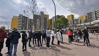 Menschen stehen Schlange für das Impfangebot der mobilen Teams in Köln Chorweiler
