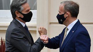 Il ministro degli Esteri britannico Dominic Raab accoglie il segretario di Stato americano Antony Blinken