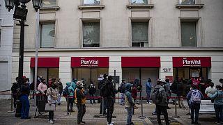 Decenas de personas aguardan frente a una oficina de una administradora de fondos para retirar el 10% permitido.