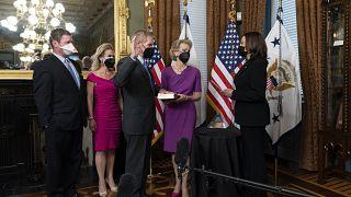السناتور السابق مؤدياً يمين القسم بحضور نائبة الرئيس الأميركي، كامالا هاريس