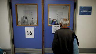 أرجنتيني بانتظار زوجته أمام باب غرفة العمليات في العاصمة بوينس آيرس