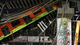 Il vagone della linea 12 della metro di Città del Messico sospeso nel vuoto per il crollo di un ponte