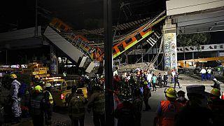 Ambulâncias no local do desmoronamento da ponte