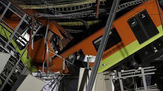Összetört metrókocsik a mexikóvárosi 12-es vonalon történt baleset után 2021. május 4-én