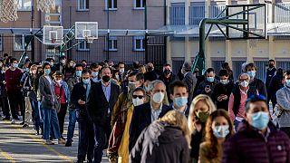 Largas colas para votar en las elecciones regionales en Madrid.
