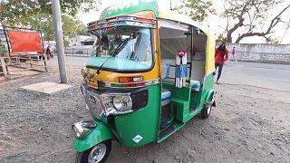 دراجة ثلاثية - توك توك - مخصصة لتزويد المصابين بكوفيد-19 بالأوكسجين في الهند