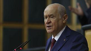 MHP Genel Başkanı Devlet Bahçeli, partisinin yeni anayasa yapımı için 100 maddelik bir öneri hazırladığını duyurdu.