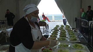 Algérie : une ONG distribue des repas aux nécessiteux pour l'Iftar