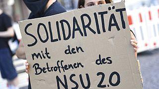 Demonstrantin mit Schild in Wiesbaden, 21.07.2020