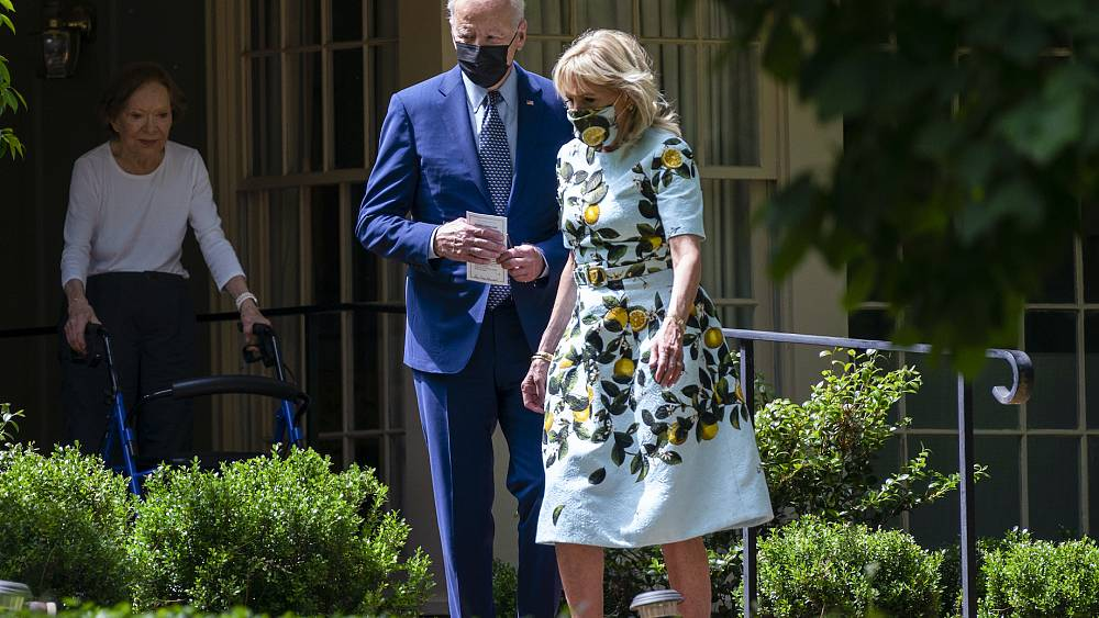 'Honey, I Shrunk the Carters!': Odd photo of the Bidens goes viral