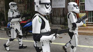30 aprile 2020: giovani in costume da Star Wars sfilano in una strada di Malabon, Metro Manila (Filippine,) per intrattenere i residenti