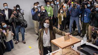 Isabel Diaz Ayuso dà il suo voto durante le elezioni regionali a Madrid, Spagna, martedì 4 maggio 2021