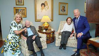 Foto oficial de la visita de los Biden a los Carter