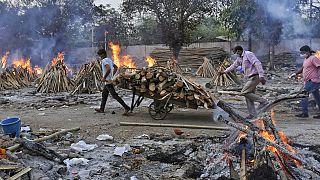 Halottégető munkások egy indiai krematóriumban