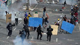 اشتباكات بين المتظاهرين وشرطة مكافحة الشغب في كالي، كولومبيا