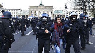 Polizei führt eine Demonstrantin ab (April 2021)
