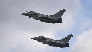Deux avions de chasse Rafale en vol