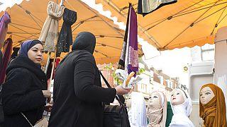 """Fransa'da 'ayrılıkçılıkla mücadele' yasa tasarısı protesto ediliyor: """"Elini başörtümden çek!"""""""
