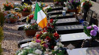 پرچم ایرلند در آرامستانی در نزدیک بلفاست، بیش از دو دهه پس از توافق صلح