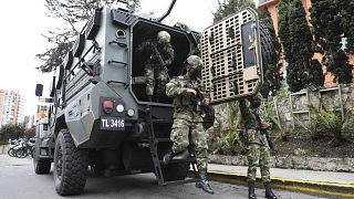 Militares descienden armados de un vehículo en Bogotá durante las protestas contra la Reforma Tributaria.