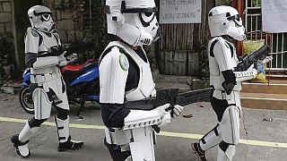 Star Was Fans unterhalten Passanten in Malabon, Metro Manila, Philippinen, während der Corona-Pandemie, 30.04.2020