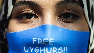 Berlini tüntetés az ujgurok mellett a kínai külügyminiszter 2020-as látogatása alatt