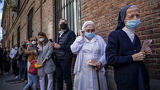 Schlangestehen vor den Regionalwahlen in Madrid in Spanien