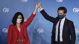 Isabel Díaz Ayuso celebra la victoria junto a Pablo Casado, líder nacional del PP.