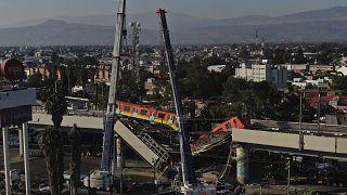 I vagoni della metro 12 di Città del Messico sospesi nel vuoto dopo il crollo di un ponte