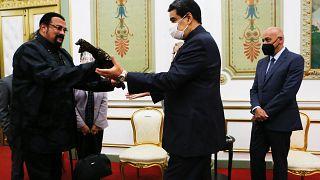 الرئيس الفنزويلي نيكولاس مادورو (في الوسط) وهو يستلم سيف ساموراي من الممثل الأمريكي ستيفن سيغال (إلى اليسار)
