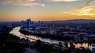 Frankfurt am Main - in einigen Städten in Hessen liegt die 7-Tage-Inzidenz wieder ein wenig höher
