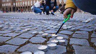 Mécsesgyújtás a koronavírus-járvány áldozatainak emlékére Szegeden