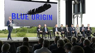 Blue Origin'in kurucusu iş insanı Jeff Bezos, şirketin açılışında konuşma yaparken