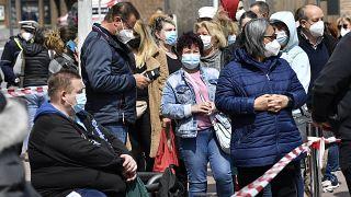 مئات الأشخاص ينتظرون للحصول على لقاح موديرنا في محطة تطعيم متنقلة في كولونيا ، ألمانيا ، يوم الاثنين 3 مايو 2021