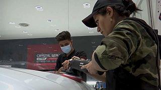 Maryam Roohani poliert Autos