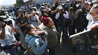 Una mujer exige información a las autoridades sobre el accidente de metro en México