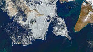 Tengeri jéggel borított területek a Pionyer-szigettől (Oroszország) délre, 2020. augusztus 14-én.