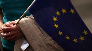 Lussemburgo lunedì 16 settembre 2019: un manifestante tiene una bandiera dell'Unione Europea