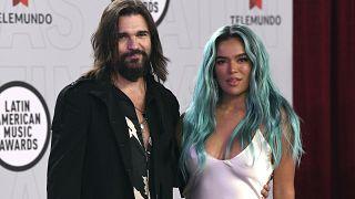 Karol G posa junto a Juanes a su llegada a los Latin American Music Awards el pasado 15 de abril en Sunrise, Florida.