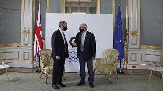 Dominic Raab et Josep Borrell, les chef de la diplomatie britannique et européenne, lors d'une rencontre organisée dans le cadre d'une réunion du G7 à Londres, le 5 mai 2021